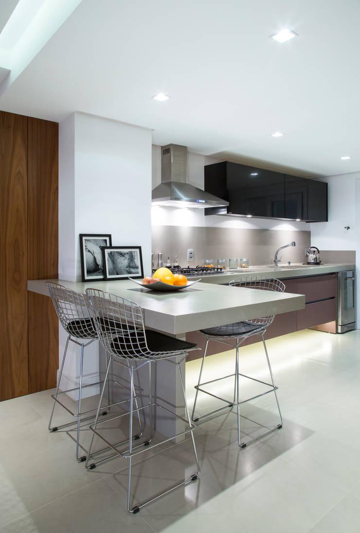 Apartamento PH: Cozinhas  por Ricardo Cavichioni Arquitetura