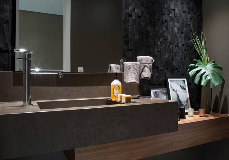 Apartamento PH: Banheiros  por Ricardo Cavichioni Arquitetura