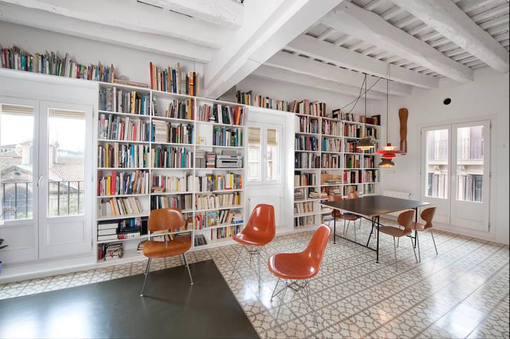 Reforma de vivienda en el barrio del Raval de Barcelona: Salones de estilo  de manrique planas arquitectes