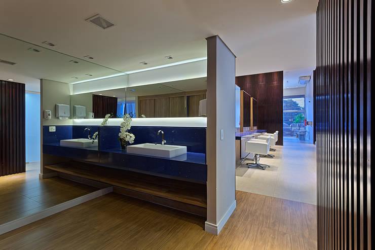 Banheiro do Salão de beleza: Espaços comerciais  por Mariana Borges e Thaysa Godoy