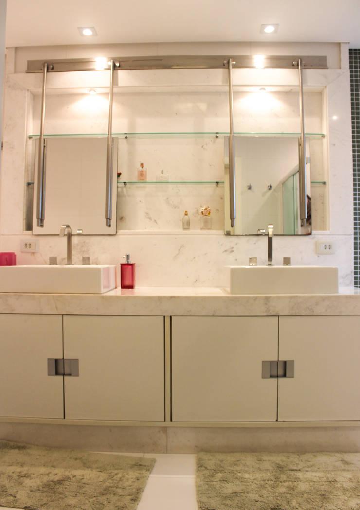 Suíte Casal: Banheiros  por Maestrelo Arquitetura e Interiores,Moderno