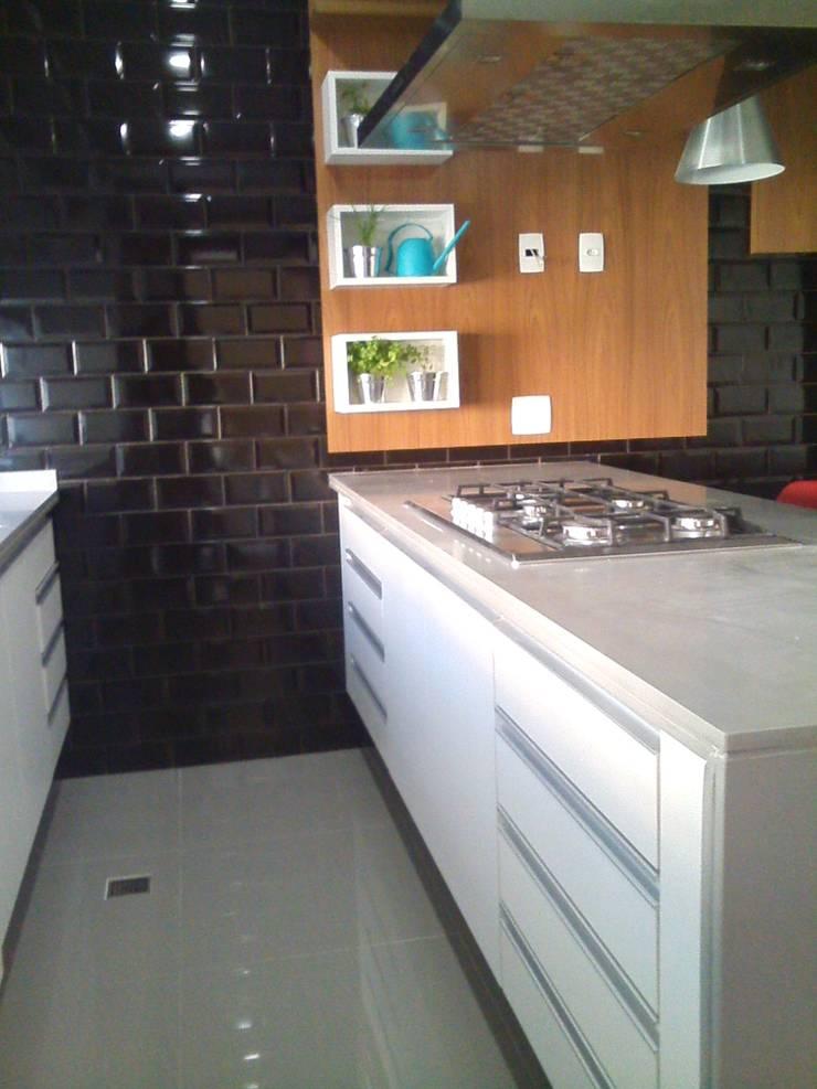 reforma de cozinha: Cozinhas modernas por Margareth Salles