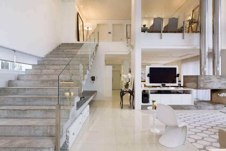Casa BM: Corredores e halls de entrada  por BTarquitetura,