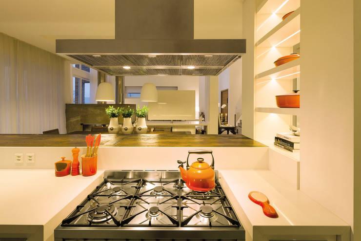 Casa BM: Cozinhas  por BTarquitetura,