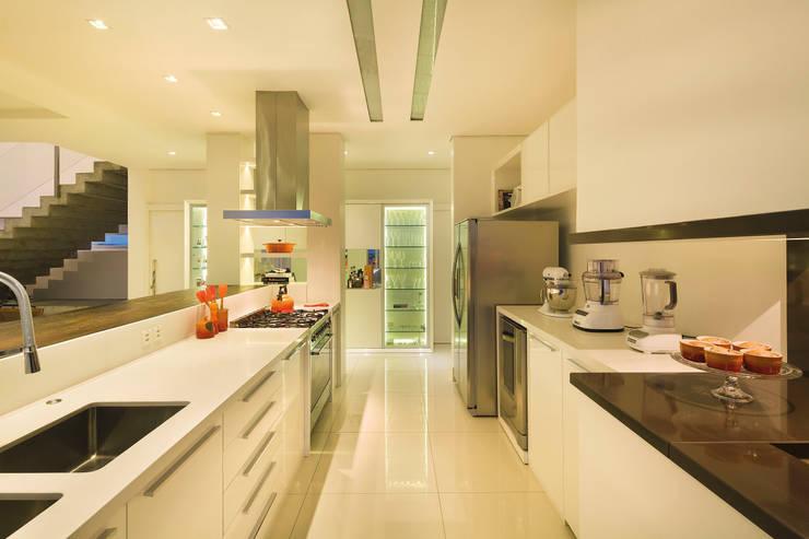 Casa BM: Cozinhas  por BTarquitetura