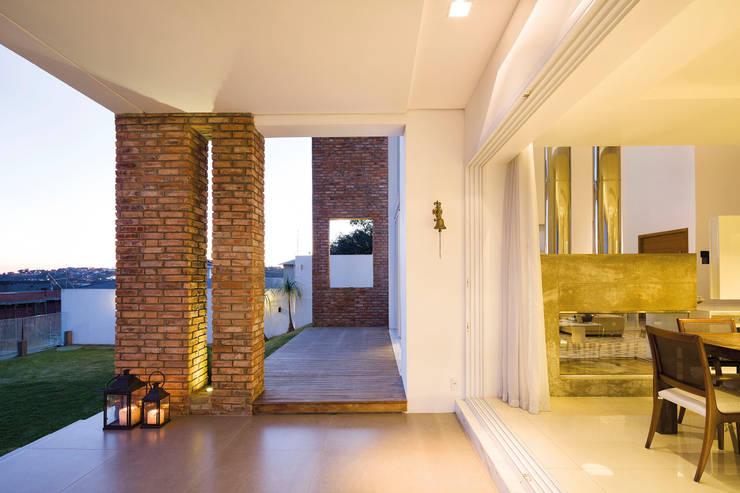 Pasillos y recibidores de estilo  por BTarquitetura