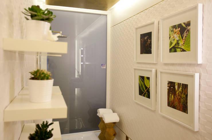 Instalação Sanitária Social: Casas de banho  por ÀS DUAS POR TRÊS