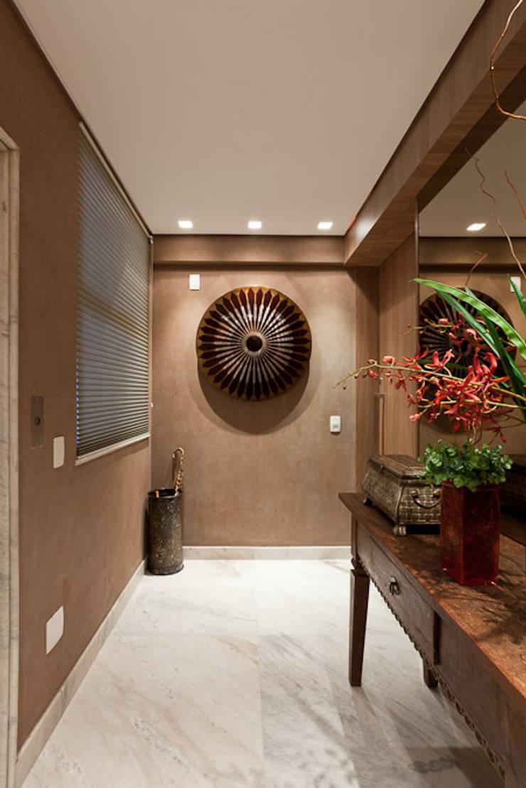 Hall entrada: Corredores e halls de entrada  por Mariana Borges e Thaysa Godoy,