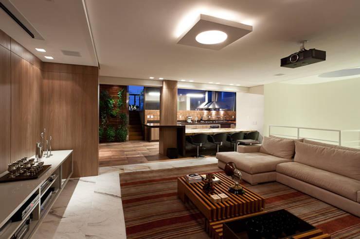 Sala Home Theater integrado ao Espaço Gourmet: Salas de jantar  por Mariana Borges e Thaysa Godoy,
