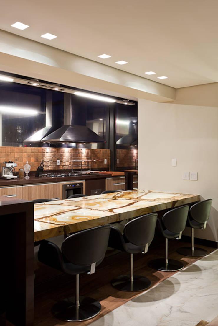 Espaço Gourmet da Cobertura: Salas de jantar  por Mariana Borges e Thaysa Godoy,