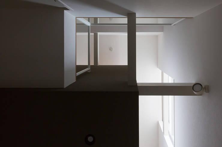 箕面桜井の二世帯住宅: ウメダタケヒロ建築設計事務所が手掛けた壁です。