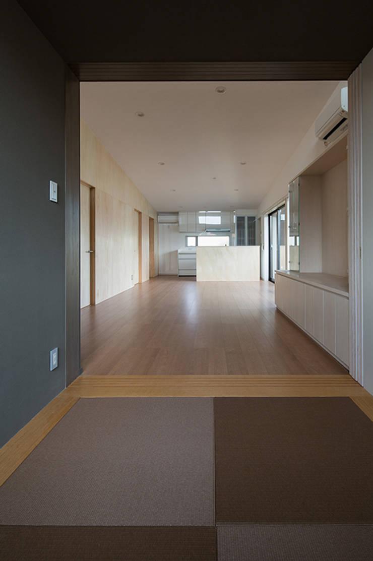 箕面桜井の二世帯住宅: ウメダタケヒロ建築設計事務所が手掛けたリビングです。