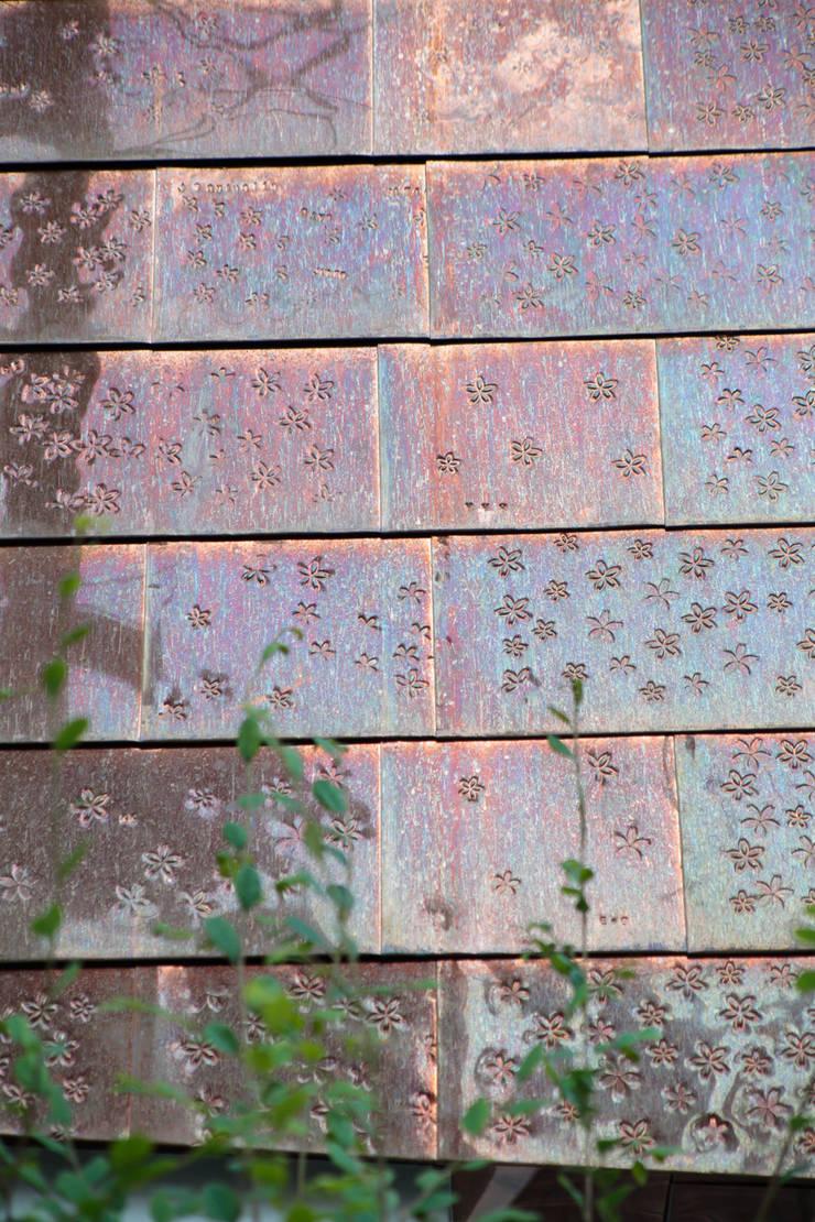 都市のツリーハウス: m-SITE-rが手掛けた壁です。