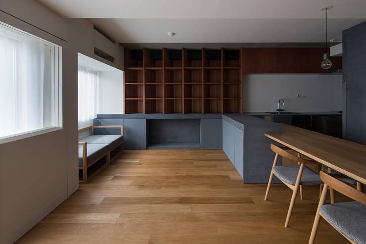 66㎡のフラットハウス(マンション住戸のスケルトン改修): ウメダタケヒロ建築設計事務所が手掛けたリビングです。,モダン