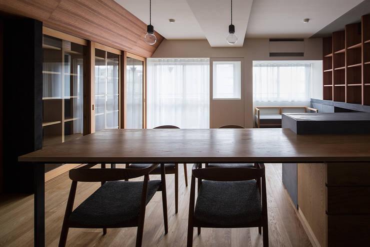 66㎡のフラットハウス(マンション住戸のスケルトン改修): ウメダタケヒロ建築設計事務所が手掛けたダイニングです。,モダン