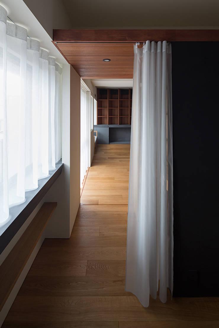 66㎡のフラットハウス(マンション住戸のスケルトン改修): ウメダタケヒロ建築設計事務所が手掛けた壁です。,モダン