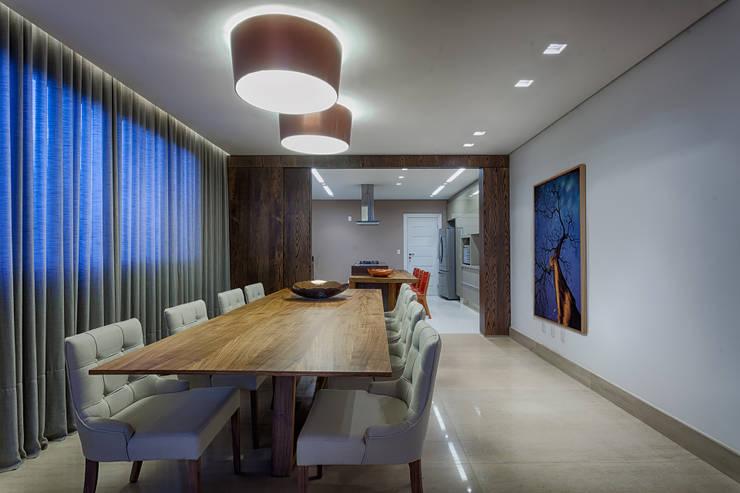 sala de jantar integrada a cozinha: Salas de estar  por Mariana Borges e Thaysa Godoy,