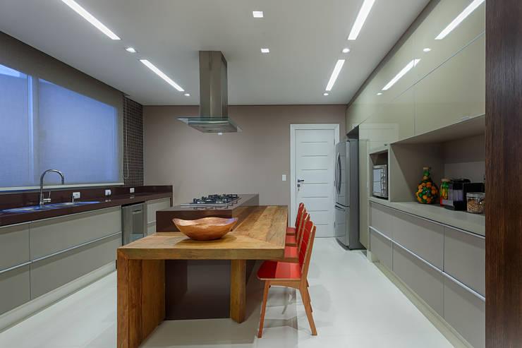 Cozinha com ilha: Cozinhas  por Mariana Borges e Thaysa Godoy,