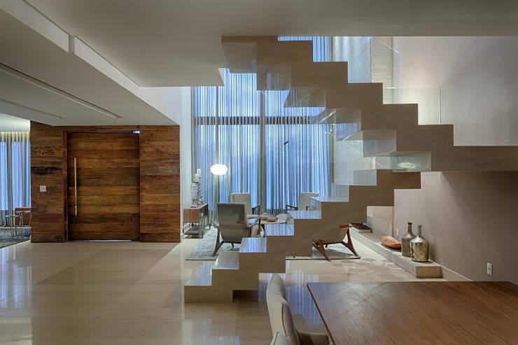 Salas / recibidores de estilo  por Mariana Borges e Thaysa Godoy
