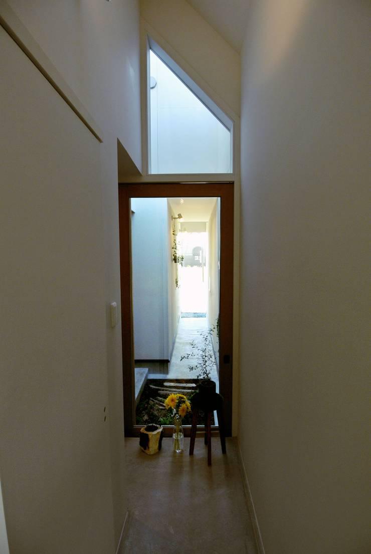ドンコロの家: シキナミカズヤ建築研究所が手掛けた廊下 & 玄関です。