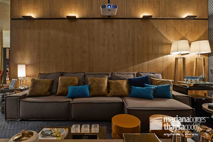 Home Theater do Jovem Casal: Salas multimídia modernas por Mariana Borges e Thaysa Godoy