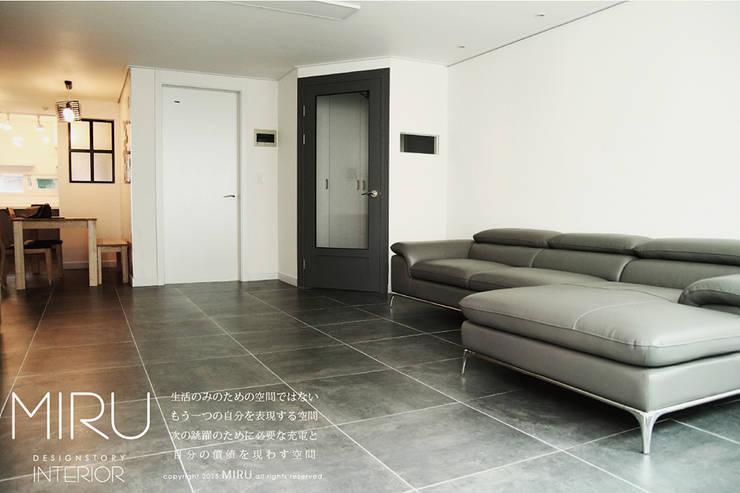 트랜디한 아파트인테리어(거실): 미루디자인의  거실,모던