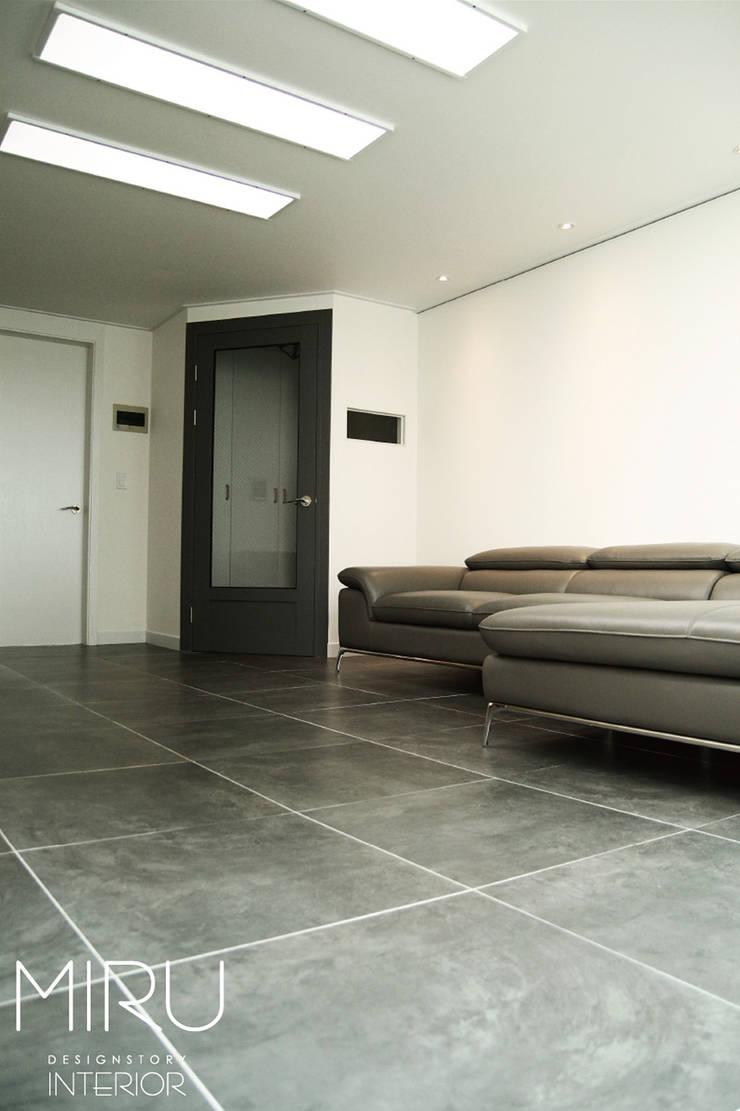 트랜디한 아파트인테리어(거실): 미루디자인의  거실