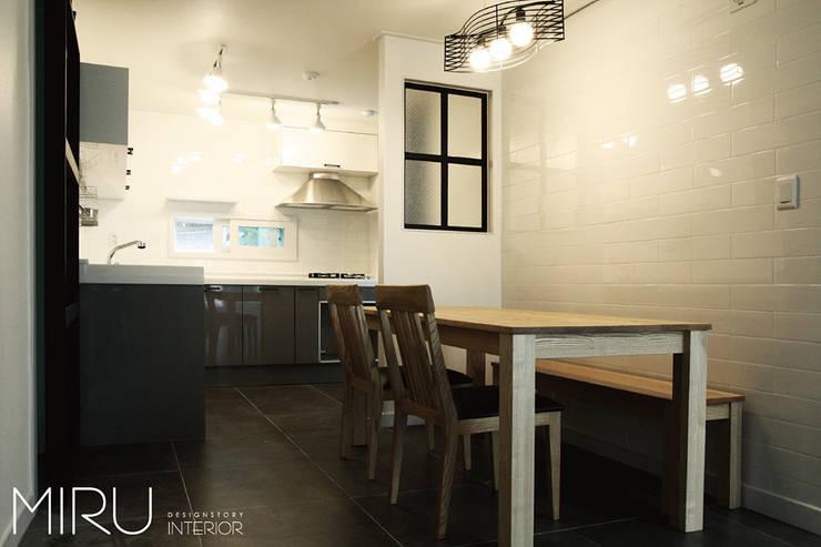 트랜디한 아파트 인테리어(주방): 미루디자인의  주방