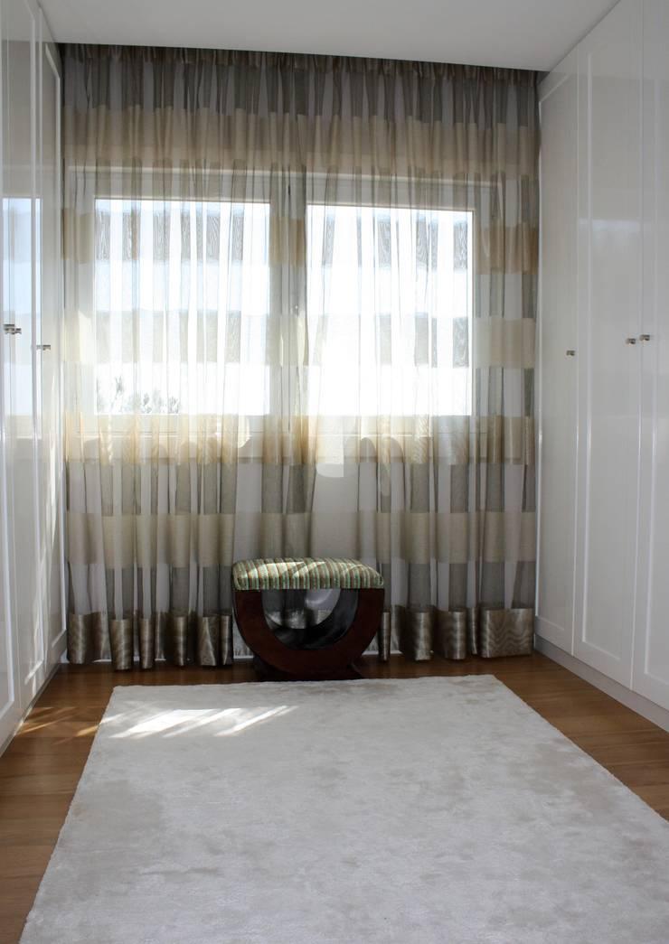 closet: Vestiário  por Joana Conceição - Architecture and Interior design