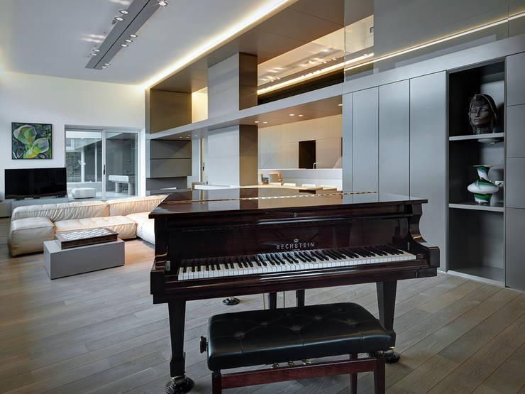 Villa T: Soggiorno in stile in stile Moderno di arkham project