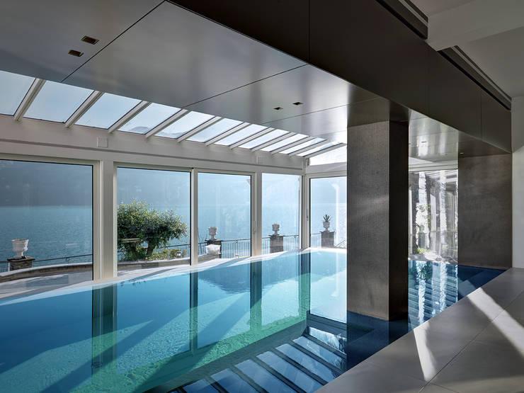 Villa T: Piscina in stile in stile Moderno di arkham project