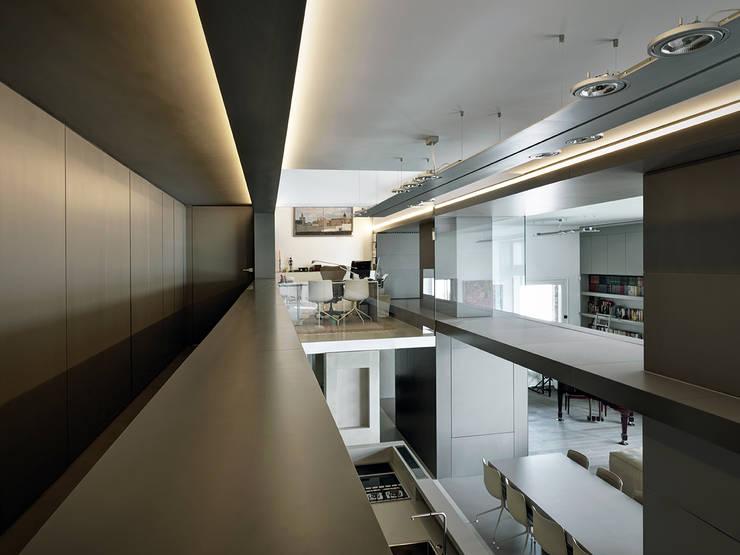Villa T: Ingresso & Corridoio in stile  di arkham project