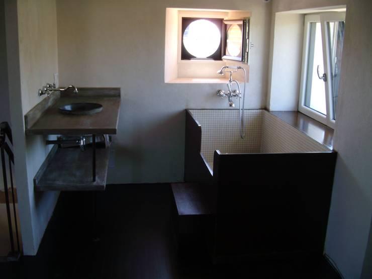 Baignoire rectangle: Salle de bain de style de style Moderne par Tabary Le Lay