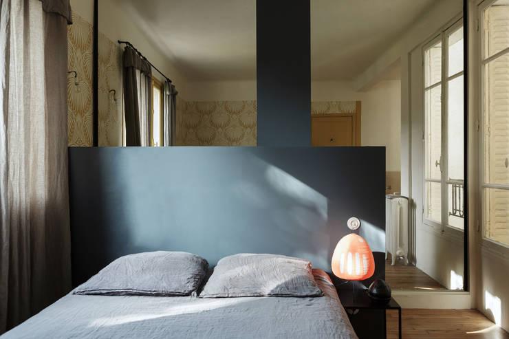 Jeu de lignes et de reflets: Chambre de style  par claire Tassinari