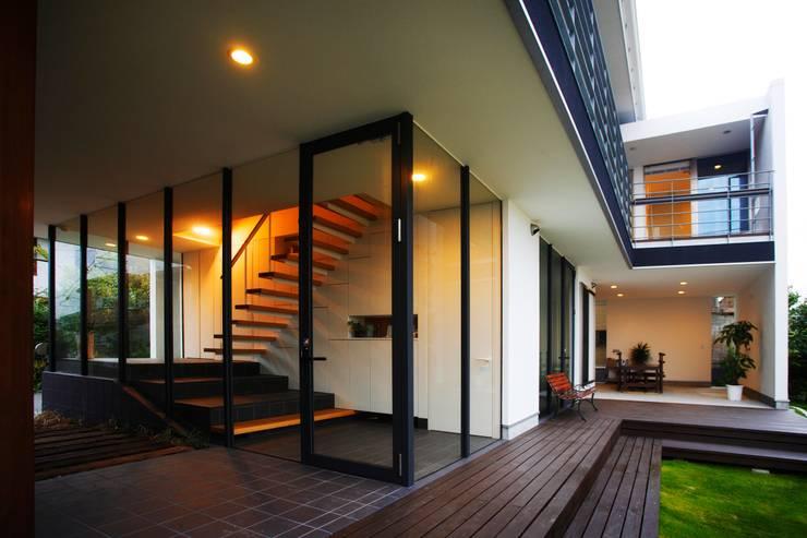 海の家Ⅰ: Y.Architectural Designが手掛けたテラス・ベランダです。