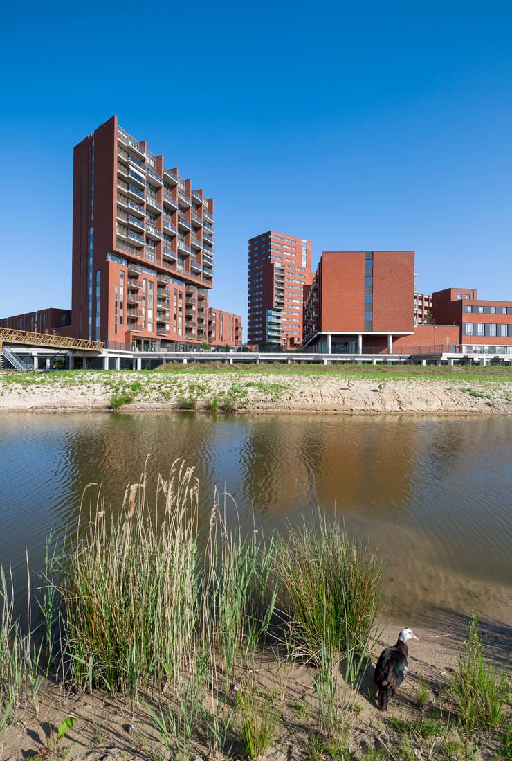 Meerhoven, living and shopping.:  Winkelcentra door Foto Buro Brabant, Modern