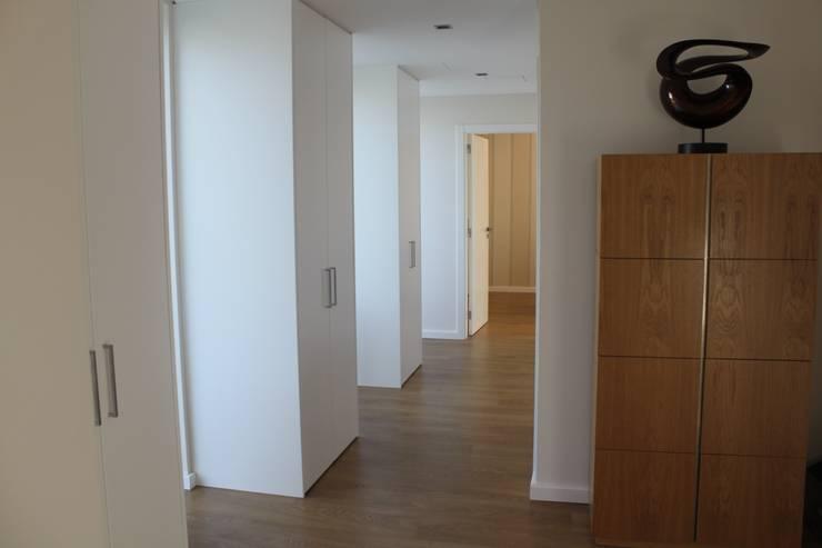 entrada/corredor: Corredores e halls de entrada  por Joana Conceição - Architecture and Interior design