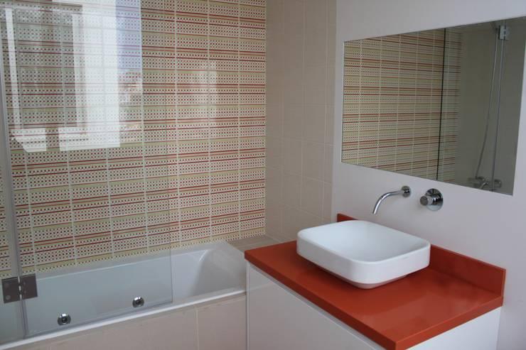 casa de banho . crianças: Casas de banho modernas por Joana Conceição - Architecture and Interior design