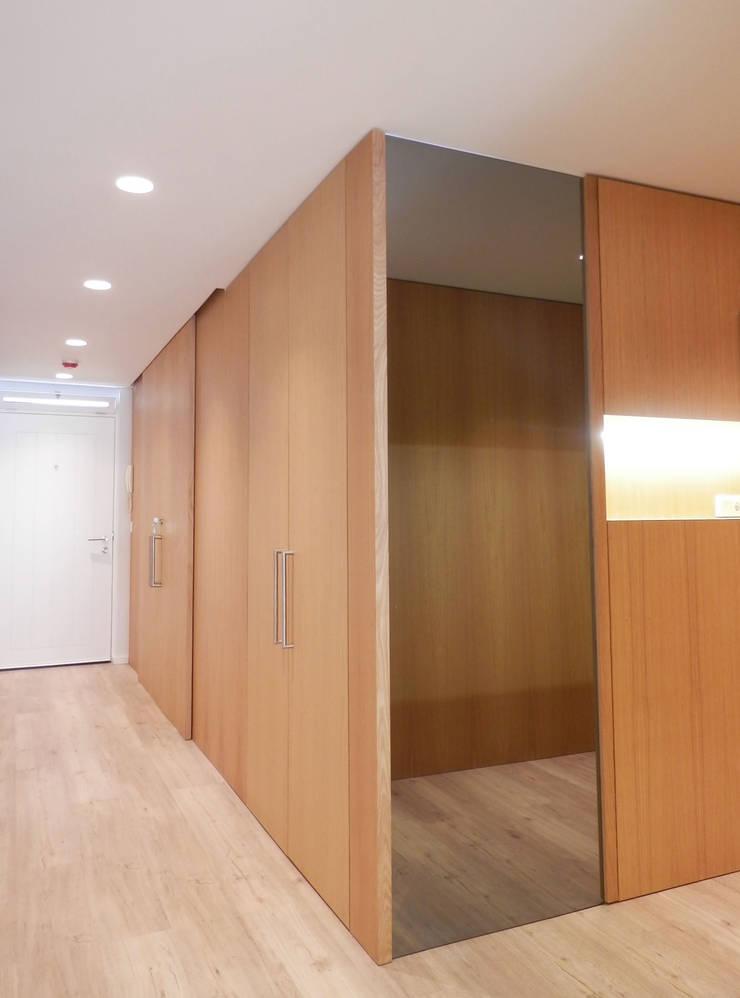 AM Flat: Corredores e halls de entrada  por EMF arquitetura