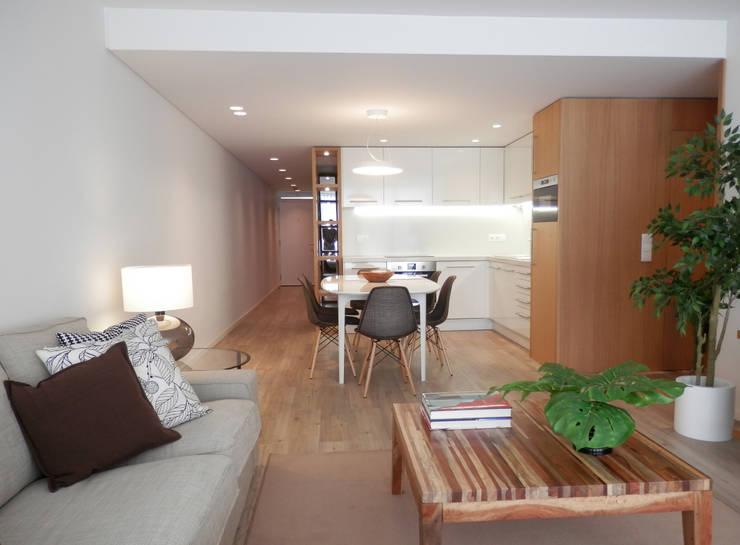 AM Flat: Salas de estar  por EMF arquitetura