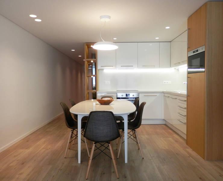AM Flat: Salas de jantar  por EMF arquitetura