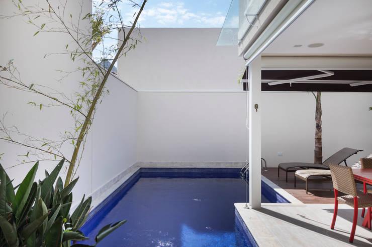 Casa Brooklin: Piscinas  por Cactus Arquitetura e Urbanismo