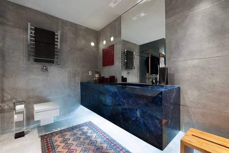 Apartamento do Homem Moderno - Morar Mais por Menos Vitoria 2015: Banheiros modernos por Cristiane Locatelli Arquitetos & Associados
