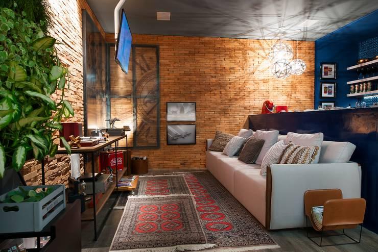 Apartamento do Homem Moderno - Morar Mais por Menos Vitoria 2015: Salas de estar  por Cristiane Locatelli Arquitetos & Associados