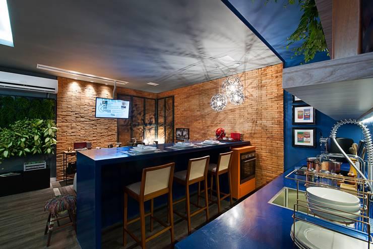 Apartamento do Homem Moderno - Morar Mais por Menos Vitoria 2015: Cozinhas  por Cristiane Locatelli Arquitetos & Associados