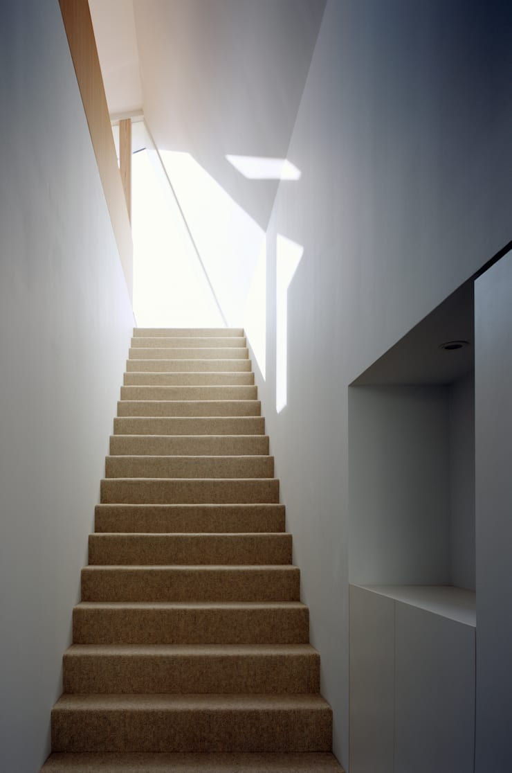 向原の家: 向山建築設計事務所が手掛けた廊下 & 玄関です。
