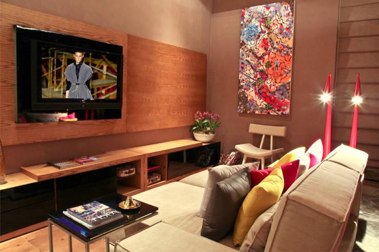 Estudio Home Theater e Home Office: Salas multimídia  por Mariana Borges e Thaysa Godoy