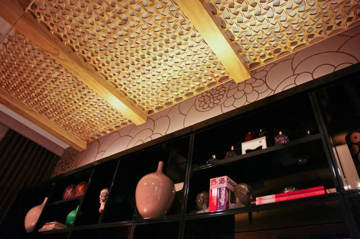 Detalhe estante e pergolado com treliça: Salas multimídia  por Mariana Borges e Thaysa Godoy