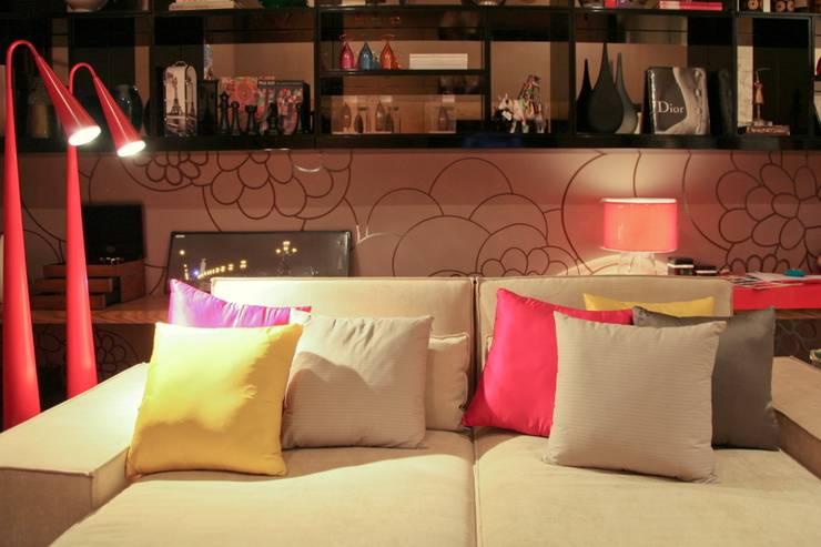 Sofá e estante do Home Office: Salas de estar  por Mariana Borges e Thaysa Godoy