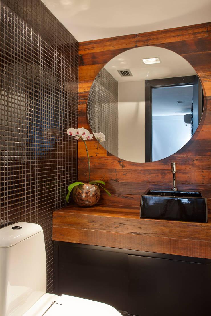 Cobertura Barra: Banheiros  por ASP Arquitetura